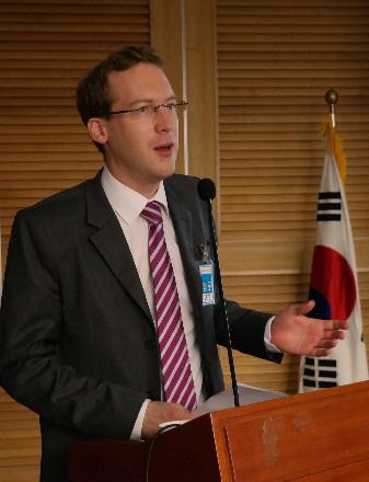 독일 프리드리히 에버트 재단 한국사무소의 크리스토프 폴만 소장이 '정당혁신'을 주제로 발제를 하고 있다.