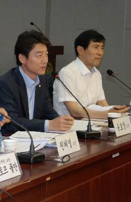 '정당혁신'을 주제로 한 혁신과 정의의 나라 4차 포럼에서 송호창 의원이 지정토론을 진행하고 있다.