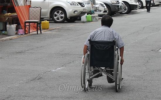 21일 오후 동구 초량동 장애인종합회관 앞을 휠체어를 탄 장애인이 지나고 있다.