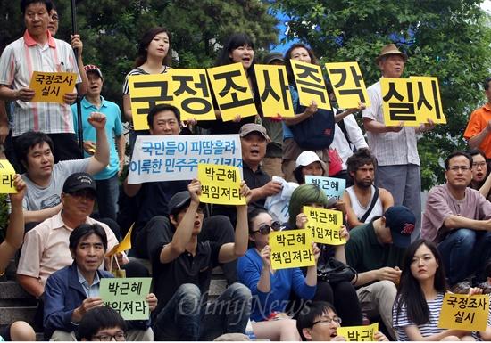 """국정원 규탄집회, """"국정원 댓글왕"""" 국정원 대선 개입을 규탄하는 총학생회 시국선언과 종교계, 시민사회단체의 참여가 늘어나고 있는 가운데, 22일 오후 서울 중구 파이낸스센터 앞에서 청년이그나이트 주최로 열린 국정원 규탄 집회에 참석한 학생과 시민들이 국정원 대선 개입에 대한 국정조사 실시와 박근혜 대통령의 입장 표명을 촉구하고 있다."""