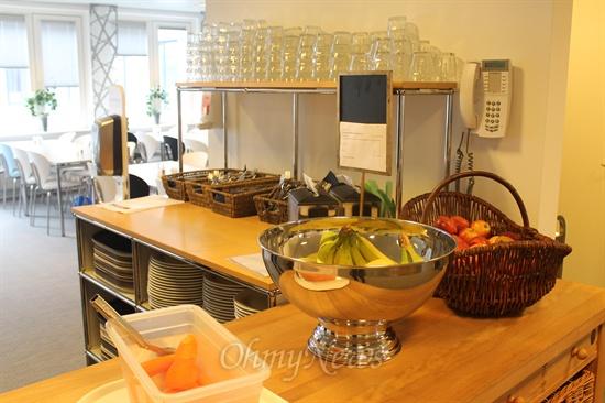 """<로슈 덴마크> 1층에 마련된 구내식당. """"우리는 직원들의 건강을 위해 싱싱한 재료만을 씁니다. 과일은 직원들이 언제든 와서 먹을 수 있게 준비돼 있어요."""""""
