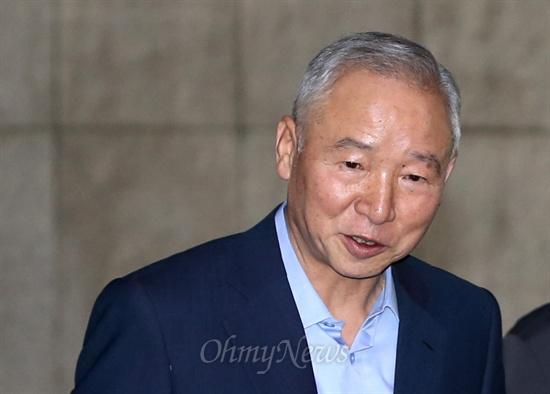 남재준 국가정보원장이 25일 서울 여의도 국회의사당에 도착해 정보위원회 회의장으로 이동하고 있다.