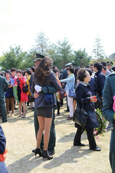 배우 한고은이 교제 중인 것으로 알려진 군의관 양아무개씨의 임관식에 참석한 모습.