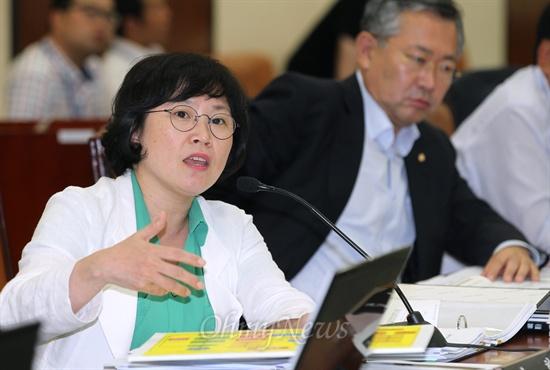 김현 민주당 의원이 26일 국회 안전행정위원회 전체회의에서 국정원 사건 관련 질의를 하고 있다.