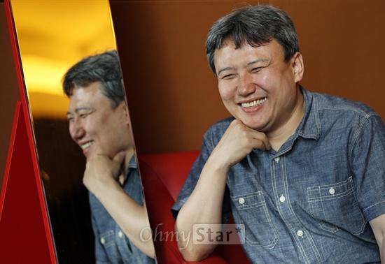 영화<이별계약>의 오기환 감독이 20일 오후 서울 여의도의 한 호텔에서 오마이스타와 인터뷰에 앞서 포즈를 취하고 있다.