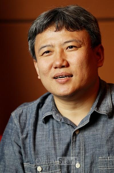 영화<이별계약>의 오기환 감독이 20일 오후 서울 여의도의 한 호텔에서 오마이스타와 인터뷰를 하며 작품을 소개하고 있다.