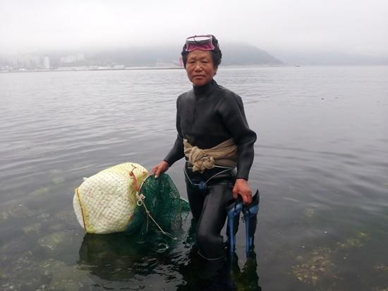 오동도에서 가장 젊은 해녀인 신한점 할머니가 물속 들어가기전 포즈를 취하고 있다.