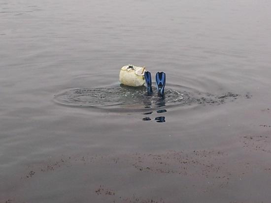 해녀가 물속으로 들어가고 있다. 바닷속으로 들어가 물질을 하면 살아야겠다는 생각뿐이다. 물건할 욕심에 우울증은 사치다.