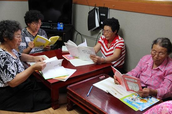생전 처음 이야기 책을 읽으시는 할머니들