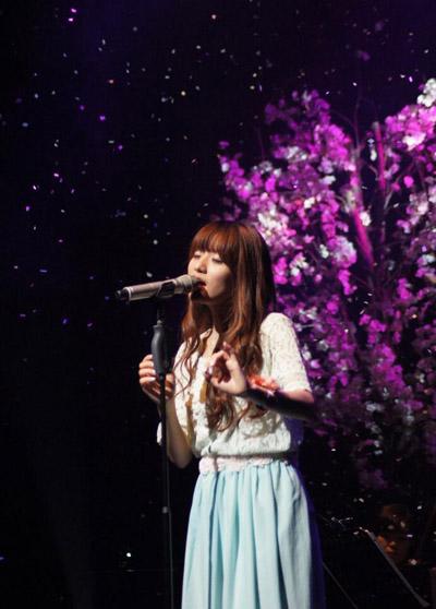 루시아가 지난 6월 29일 열린 단독공연 무대에서 노래하고 있다