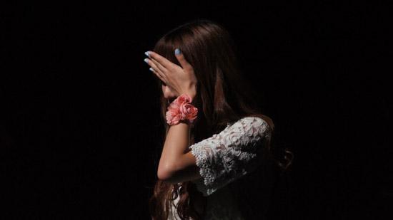 루시아가 공연 도중 눈물을 닦고 있다