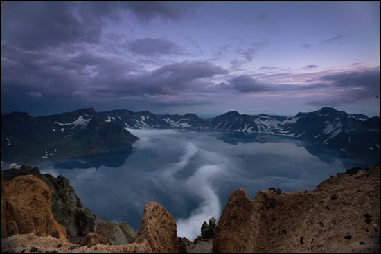 용이 승천하는 형상으로 구름이 천지를 뒤덮다.