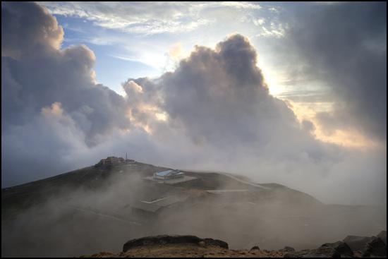 백두산 기상대에도 구름이 깔렸다.