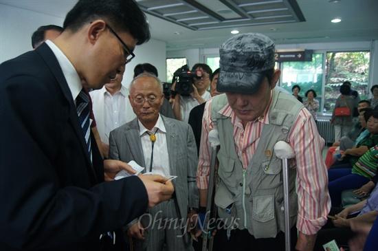 5.18관련 단체 회원들이 3일 오후 대구지법 10형사 단독 재판으로 열린 5.18민주화운동 관련 재판에 방청하기 위해 들어가고 있다.
