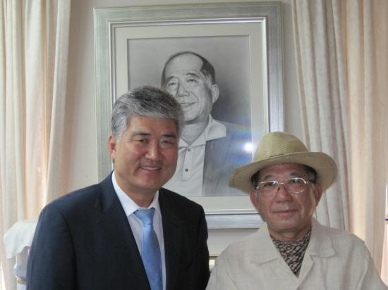 나태주시인과 한숭동 시민기자 문화원장실 초상화앞에서 기념촬영(2012.7.2)