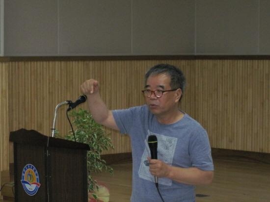 김용택 시인 초청강연 150명의 학부모앞에서 열강을 하고 있다
