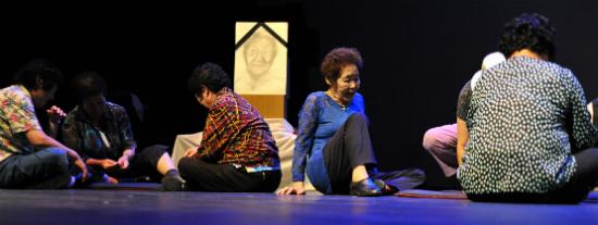 <숙자이야기>에서 안정리 할머니의 장례식 장면을 연기하는 할머니들의 모습.