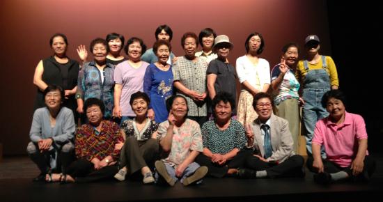 지난 3일 <숙자이야기> 공연 후 활짝 웃으며 포즈를 취하는 할머니들과 햇살 관계자, 연극팀.