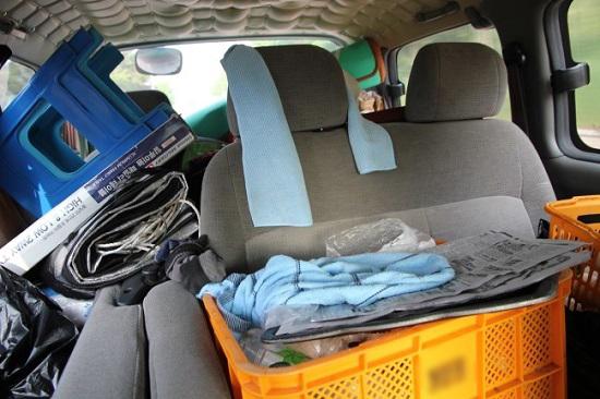 캠핑여행 스타렉스 뒷좌석에 캠핑용품들 가득