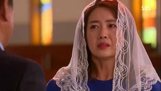 SBS 월화드라마 <황금의 제국>에서 최서윤(이요원 분)은 건강이 좋지 않은 아버지 최동성(박근형 분)을 대신해 회사의 실무를 맡게 됐다.