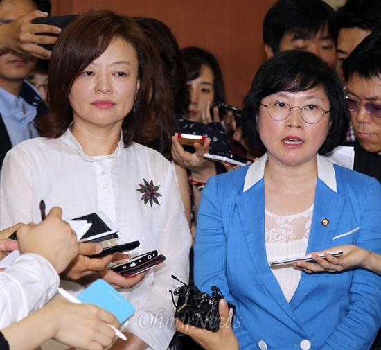 국정원 국정조사 특위위원인 민주당 김현·진선미 의원이 10일 새누리당의 자진 사퇴 요구에 거부의사를 밝힌 뒤 취재진의 질문에 답변하고 있다.