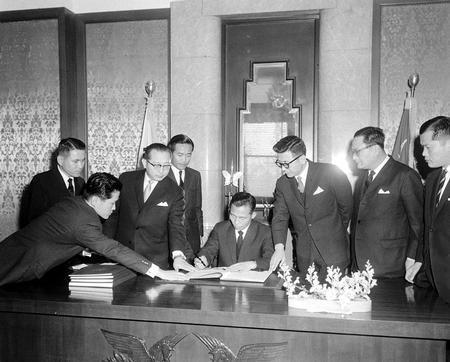 한일협정에 서명하는 박정희 전 대통령