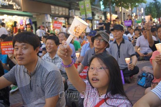 13일 오후 대구에서 열린 국정원 불법 정치개입 규탄 촛불문화제에서 한 어린이가 촛불을 높이 들고 있다.