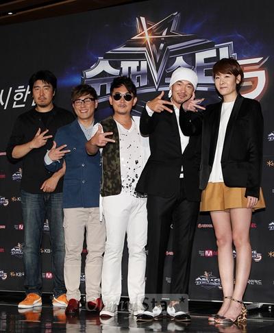 16일 오후 서울 광화문의 한 웨딩홀에서 열린 'Mnet <슈퍼스타K5> 리턴즈' 제작발표회에서 김기웅CP와 심사위원인 윤종신 이승철, 이하늘, 이선영PD이 포토타임을 갖고 있다.
