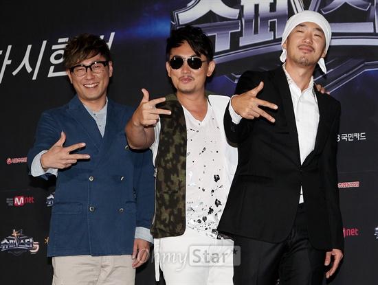 16일 오후 서울 광화문의 한 웨딩홀에서 열린 'Mnet <슈퍼스타K5> 리턴즈' 제작발표회에서 심사위원인 윤종신 이승철, 이하늘이 포토타임을 갖고 있다.