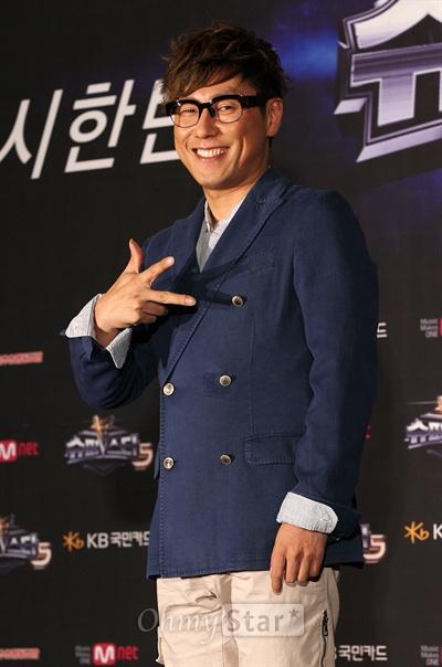 16일 오후 서울 광화문의 한 웨딩홀에서 열린 'Mnet <슈퍼스타K5> 리턴즈' 제작발표회에서 심사위원인 윤종신이 포토타임을 갖고 있다.