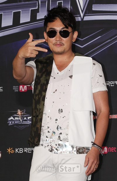16일 오후 서울 광화문의 한 웨딩홀에서 열린 'Mnet <슈퍼스타K5> 리턴즈' 제작발표회에서 심사위원인 이승철이 포토타임을 갖고 있다.