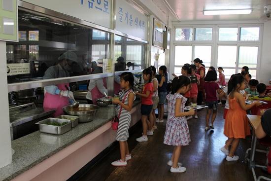 여수미평초등학교 급식 현장입니다.