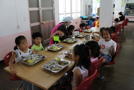 여수미평초등학교 병설유치원생들이 학교 급식을 먹고 있습니다.