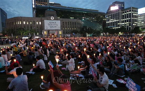 시청광장 가득 메운 촛불시민 19일 오후 서울 중구 서울시청앞 광장에서 열린 '국정원 대선개입 규탄 민주주의 수호 촛불문화제'에서 수많은 학생과 시민들이 국정원 사태에 대해 박근혜 대통령의 입장 표명을 촉구하며 촛불을 들어보이고 있다.