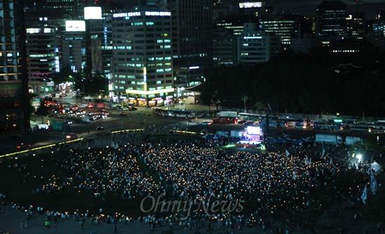 국정원 대선개입 규탄 촛불문화제 19일 오후 서울 중구 서울시청앞 광장에서 열린 '국정원 대선개입 규탄 민주주의 수호 촛불문화제'에서 수많은 학생과 시민들이 국정원 사태에 대해 박근혜 대통령의 입장 표명을 촉구하며 촛불을 들어보이고 있다.