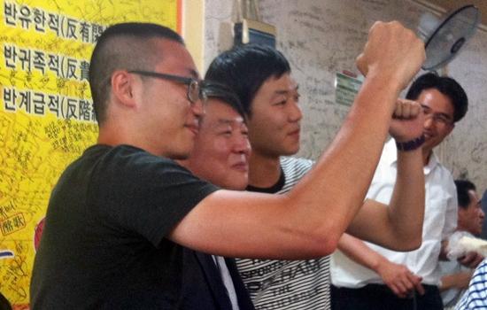 안철수 무소속 의원이 18일 전주 완산구의 한 식당에서 만난 시민들과 사진을 찍고 있다.