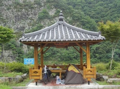 청량산 베이스캠프 낙동강가에 세운 청량산 베이스캠프. 청량산을 병풍 삼고, 낙동강 끌어 안을 수 있었던 최고의 캠핑지였다! 한편 저렇게 정자 아래에 텐트를 치니 밤새 비가 내려도 물난리를 겪을 일이 없었다. 이 사진은 2012년에 행한 백두대간자전거여행 때 찍은 사진이다.