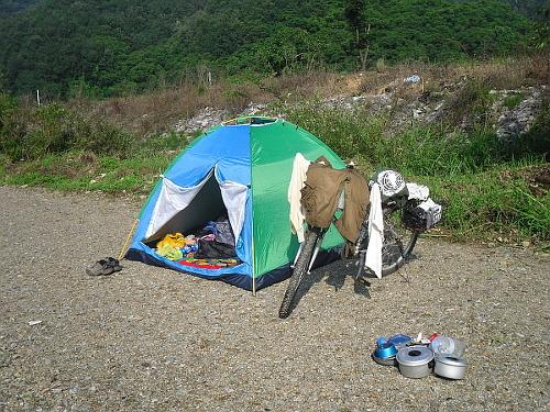 충남 천안 2009년, 천안에 있는 풍세천이란 곳에서 캠핑을 했을 때의 모습이다. 장거리 여행이 익숙지가 않아서 그랬는지 모든 것이 어설펐을 때다. 위험천만하게 하천변에 텐트를 쳤을 정도로 어설펐다. 이 풍세천을 따라가면 호두나무 산지로 유명한 광덕산이 나온다.   광덕산 입구에는 천년고찰인 광덕사가 있다.