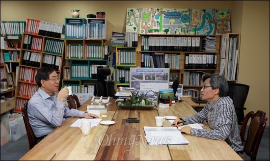 최근 오마이북이 내놓은 <정치의 즐거움>에는 박원순 서울시장과 오연호 <오마이뉴스> 대표가 주말을 이용해 서른 시간 나눈 대담이 담겨 있다