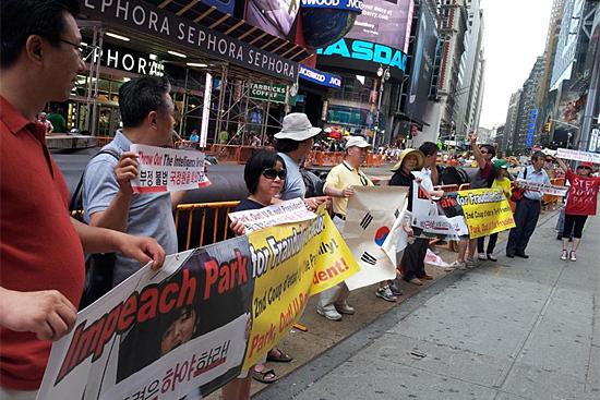 뉴욕 타임스퀘어에서 열린 국정원 불법 대선개입 규탄 미주동포 시위 샌디에고, 워싱턴, 로스엔젤레스, 시카고, 시애틀, 필라델피아, 뉴욕, 달라스로 퍼져나가는 미주동포시위. 아틀란타와 보스턴 시위도 예정되어 있다.