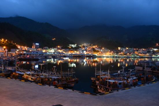 불을 밝힌 오징어잡이 배들이 환상적인 풍경을 연출하고 있는 저동항