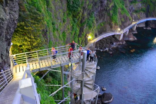 도동-저동 해안산책로의 클라이맥스 높이 50m의  타워계단