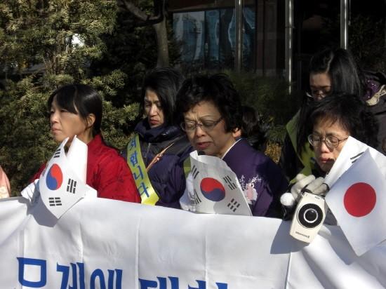 일본정부를 대신해 사죄운동을 하고 있는 한일우호협력모임 회원들