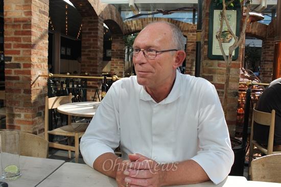 덴마크의 수도 코펜하겐 한복판에 있는 한 레스토랑에서 일하는 서빙 종업원 클라우스 피터슨씨(56세)