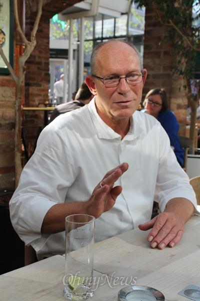 13명의 식당 종업원 중 가장 나이가 많다는 클라우스씨가 그만의 행복론에 대해 이야기 하고 있다.