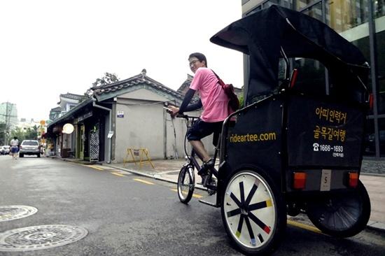 서울 종로구 계동길에서 만난 자전거로 이끄는 관광용 인력거.