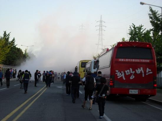 분말 소화기 맞는 희망버스 현대차가 희망버스 참가자의 항의에 무차별 분말 소화기와 물대포를 쏘아 댔습니다.