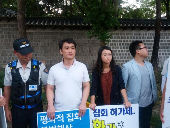 25일 열린 집회에서 집회참가자와 경찰이 나란히 서있다.