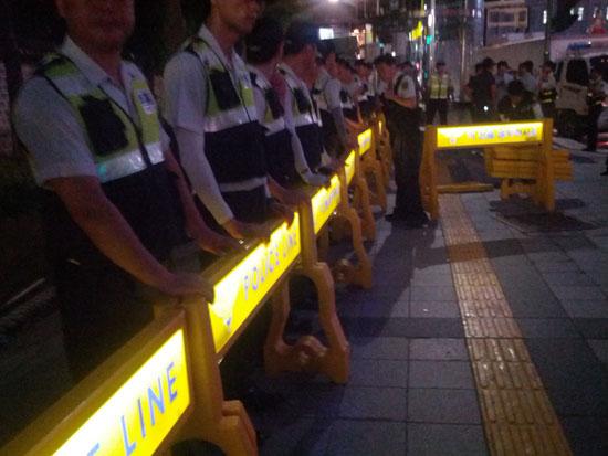 집회가 끝나자 마자 경찰은 화단 앞에 폴리스라인을 쳤다,