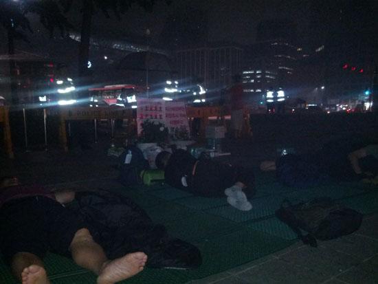 쌍차 해고노동자들이 대한문 앞에서 잠을 자고 있다.